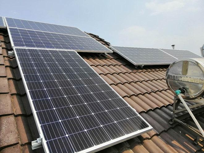lắp đặt điện mặt trời trên mái nhà